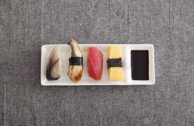 Sushi giapponesi - uovo, tonno, anguilla, pesce spada fotografie stock libere da diritti