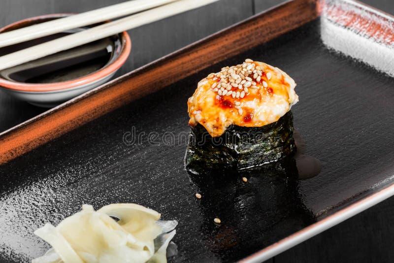 Sushi Gunkan-maki mit Aal und Käse auf dunklem hölzernem Hintergrund stockfotografie