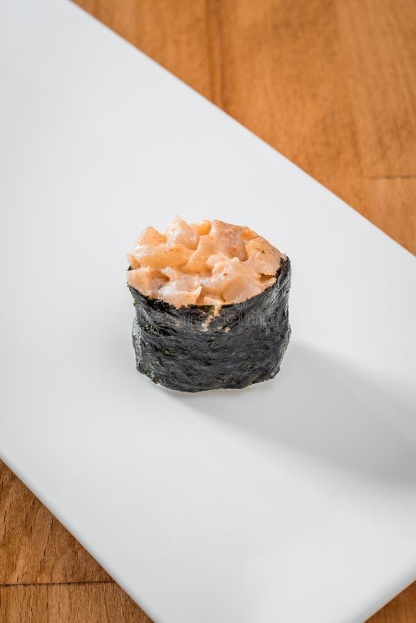 Sushi gunkan met krab op Witte plaat op een houten achtergrond wordt geïsoleerd die Sluit omhoog ruimte royalty-vrije stock afbeeldingen