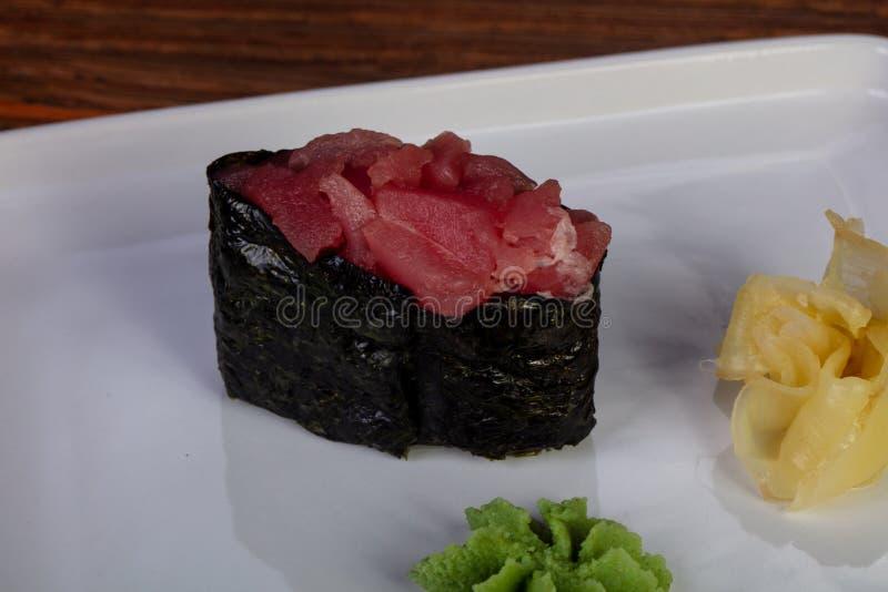 Sushi gunkan mit Thunfisch lizenzfreies stockbild