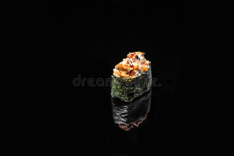 Sushi Gunkan picante com enguia fumado imagens de stock