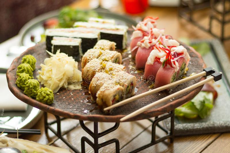 Sushi i en restaurang på tabellen, selektiv fokus royaltyfri foto