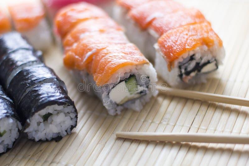 Sushi Japanse nationale keuken Traditionele verse japanse sushi stock afbeeldingen