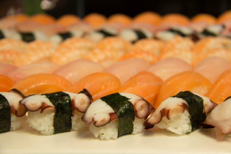 Sushi japonés clasificado en la placa del awhite imagenes de archivo