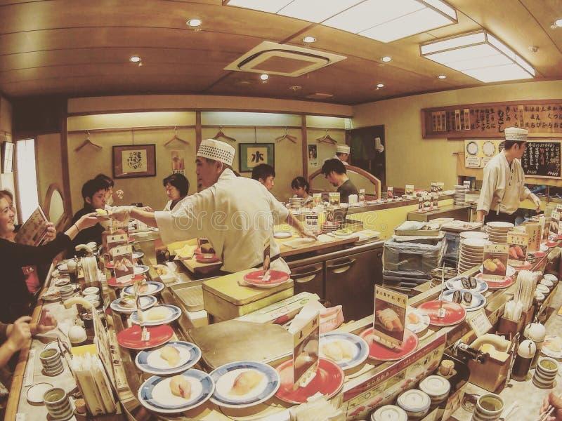 Sushi japonés de la porción del cocinero de sushi imagen de archivo