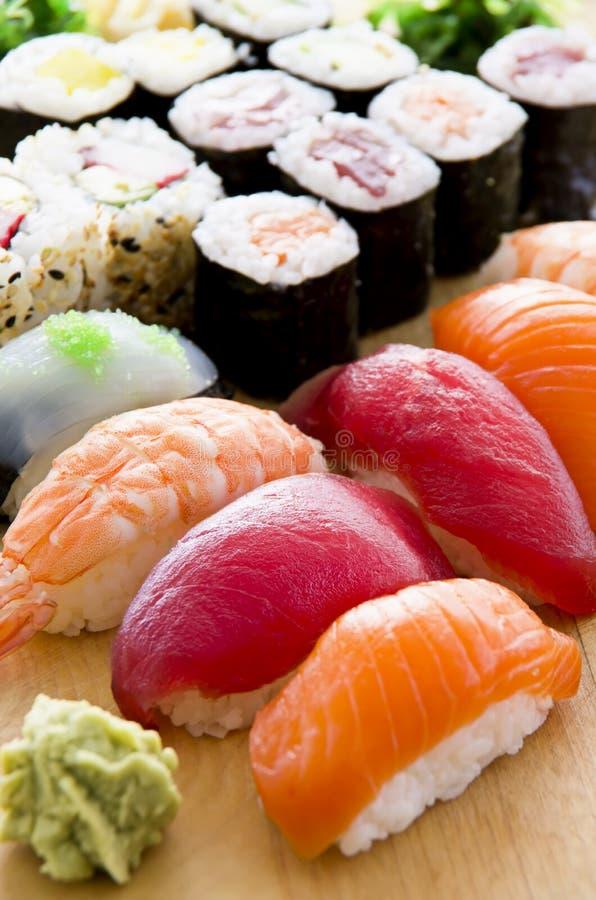 Sushi japonés en la placa foto de archivo