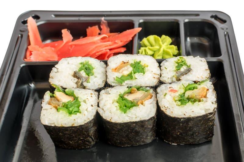 Sushi japonés Rolls en caja plástica negra de la entrega imagenes de archivo