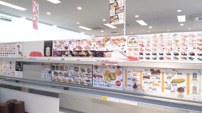 Sushi japonês da correia transportadora foto de stock