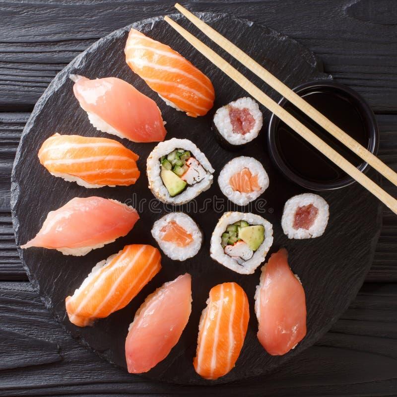 Sushi japonês em um fundo escuro rústico Rolos de sushi, nigiri, imagens de stock royalty free