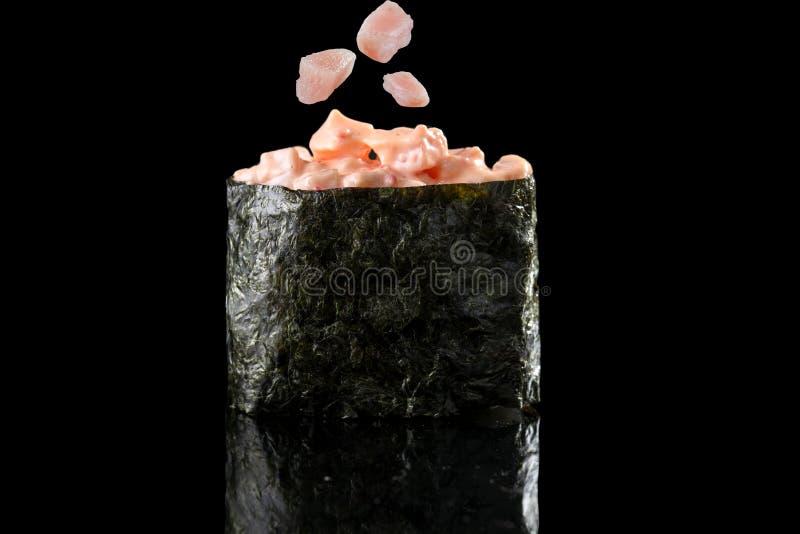 Sushi japonais frais traditionnels avec des morceaux de crabe d'isolement image libre de droits