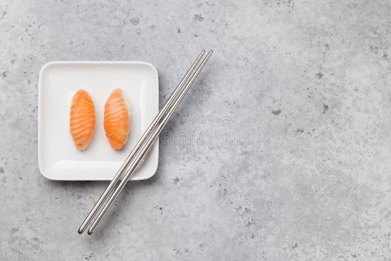 Sushi japonais r?gl?s avec des saumons image libre de droits