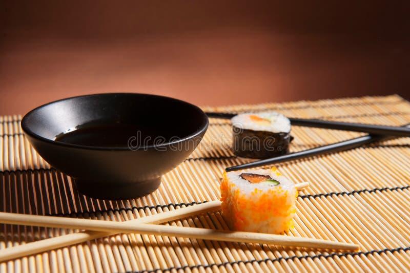 Sushi japonais traditionnels de nourriture photographie stock
