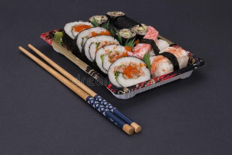 Sushi japonais traditionnels de nourriture photographie stock libre de droits