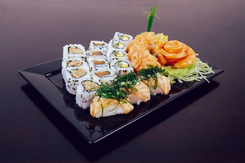 Sushi kombiniert auf weißem Hintergrund stockfotografie