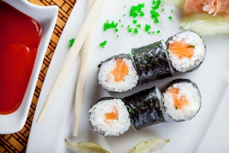 Sushi-, Lachs- und Kaviarrollen, Draufsicht stockfotografie