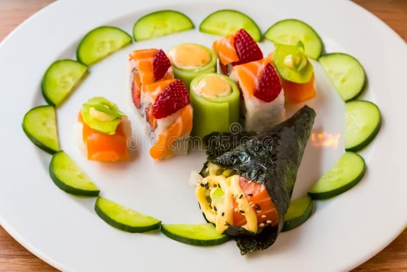 Sushi lumineux de couleur avec le fruit photos libres de droits