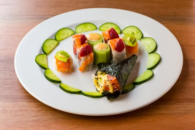 Sushi lumineux de couleur avec le fruit image stock