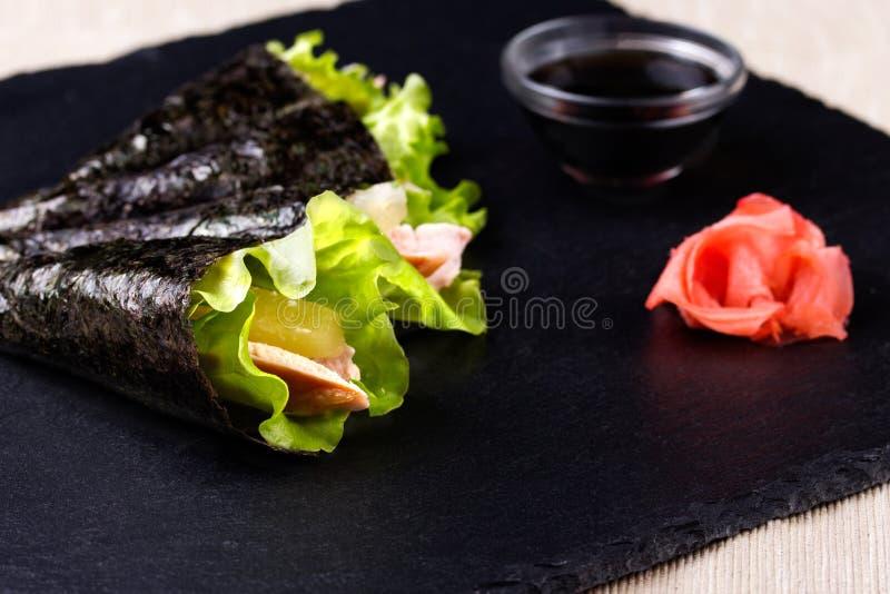 Sushi mão-rolado japonês imagens de stock