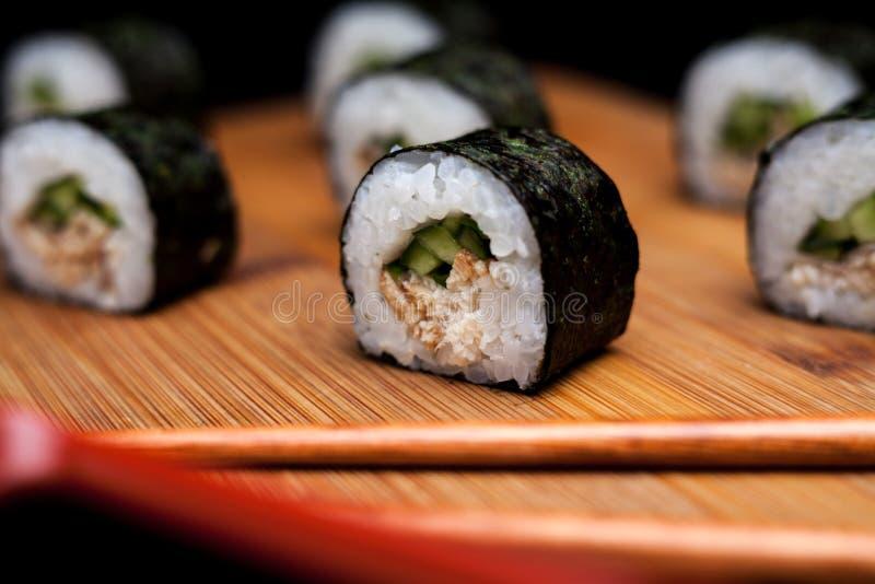Sushi maki unagi hosomaki mit Aal lizenzfreie stockfotografie
