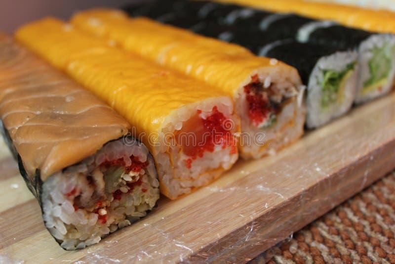 Sushi, mangianti immagine stock libera da diritti