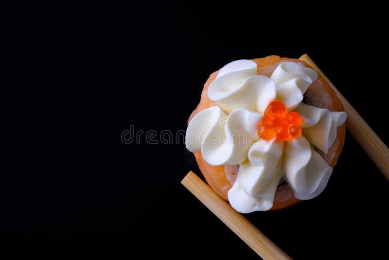 Sushi med laxen royaltyfria bilder