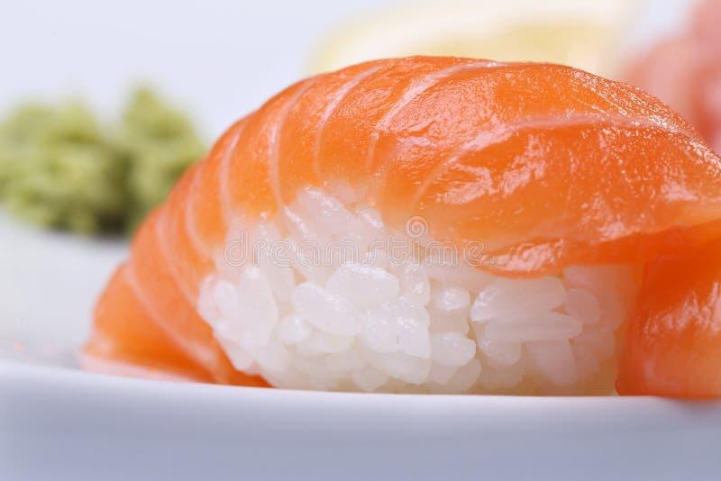 Sushi med laxen och ris arkivfoto