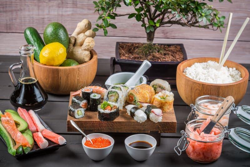Sushi med nya ingredienser royaltyfria foton