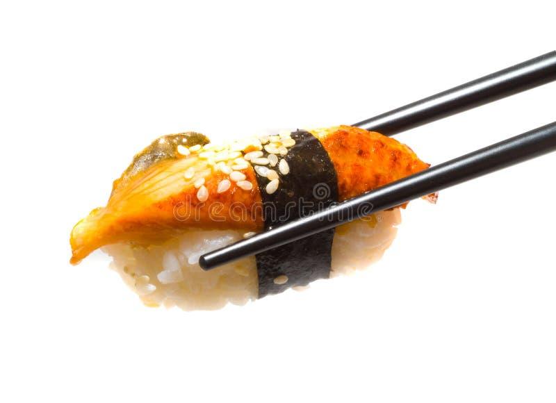 Sushi met eetstokjes stock afbeeldingen