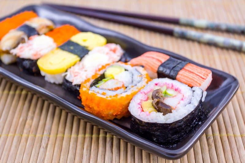 Sushi met eetstokjes. stock foto's