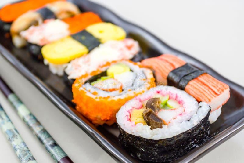 Sushi met eetstokjes. stock afbeelding