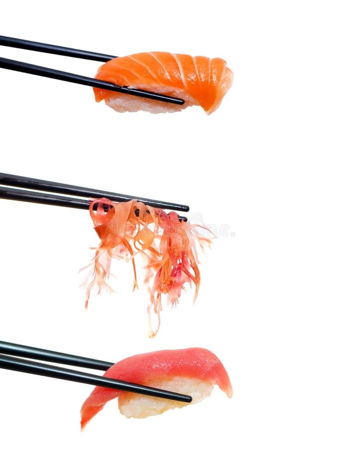 Sushi met eetstokjes die op wit zijn ontsproten royalty-vrije stock afbeelding