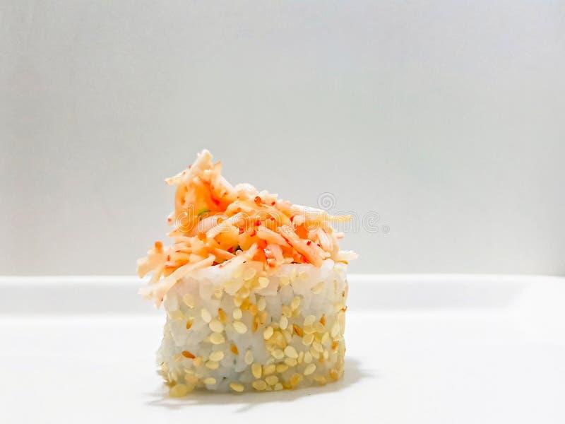 Sushi met sesamzaden en het bovenste laagje van Kani - krabsushi royalty-vrije stock fotografie