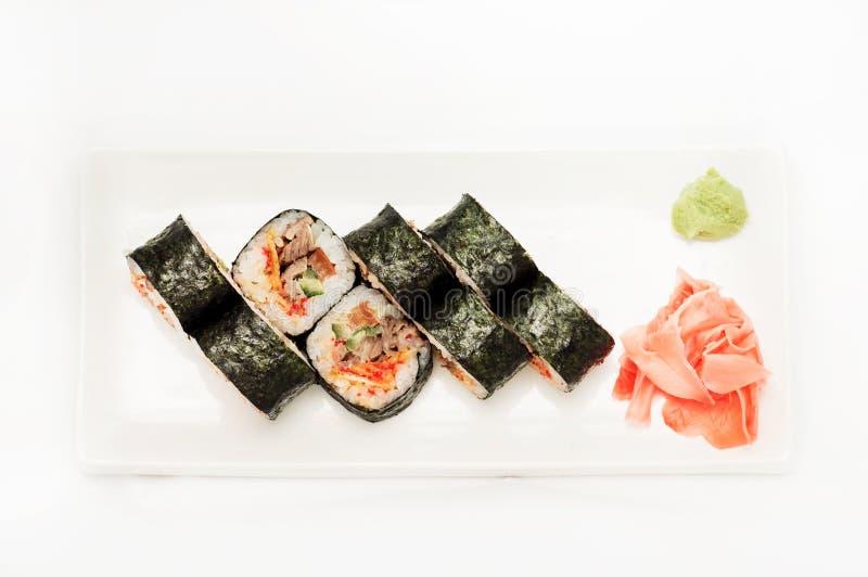 Sushi met tonijn in nori op een witte plaat wordt verpakt die royalty-vrije stock foto