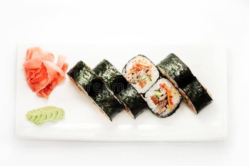 Sushi met tonijn in nori wordt verpakt die stock foto's