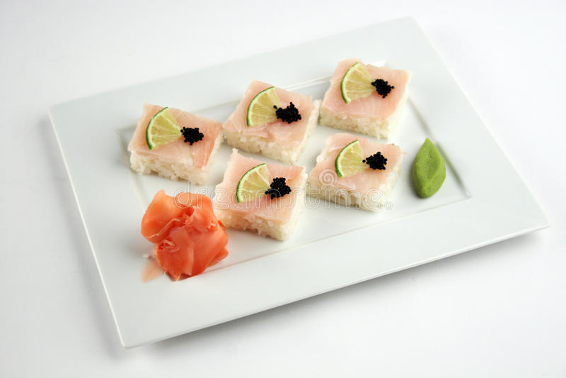Sushi met toppositie, kalk en zwarte kaviaar royalty-vrije stock fotografie