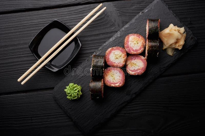 Sushi met wasabi en gember en sojasaus worden geplaatst die royalty-vrije stock foto