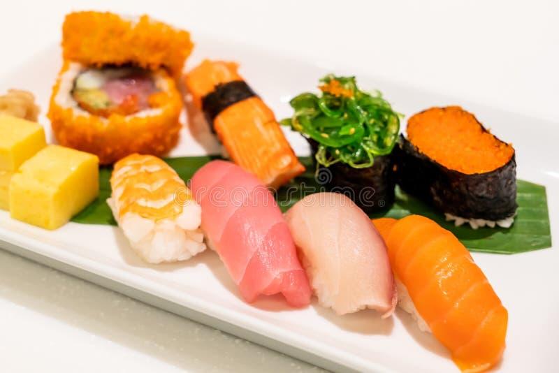 Sushi mezclado en la placa imagen de archivo