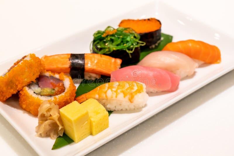 Sushi mezclado en la placa fotos de archivo libres de regalías