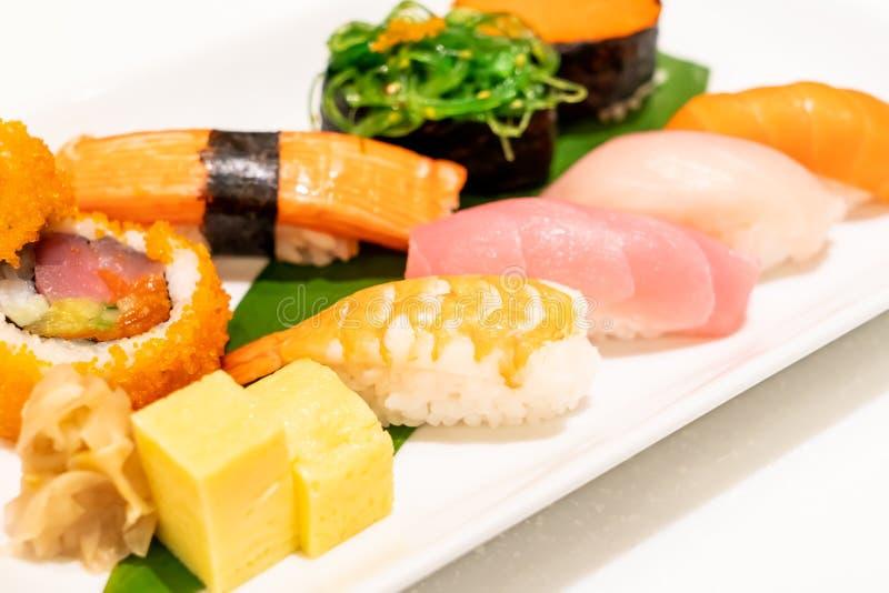 Sushi mezclado en la placa imágenes de archivo libres de regalías