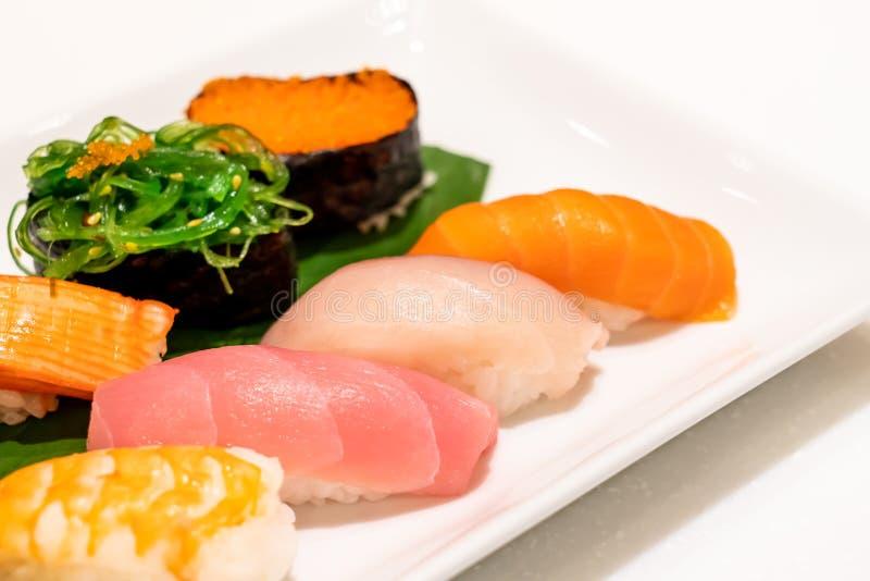 Sushi mezclado en la placa fotografía de archivo libre de regalías