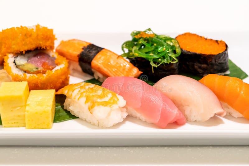 Sushi mezclado en la placa imagen de archivo libre de regalías