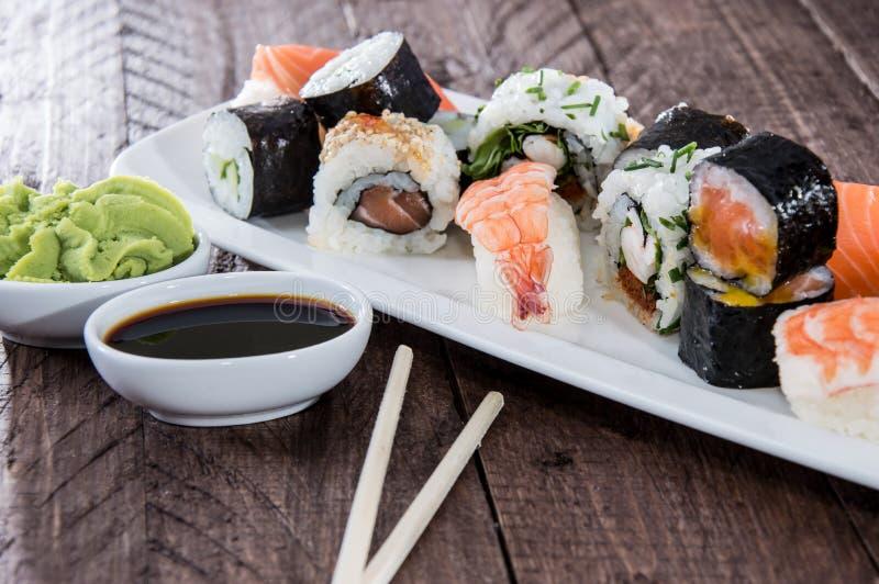 Sushi misti su un piatto fotografie stock libere da diritti