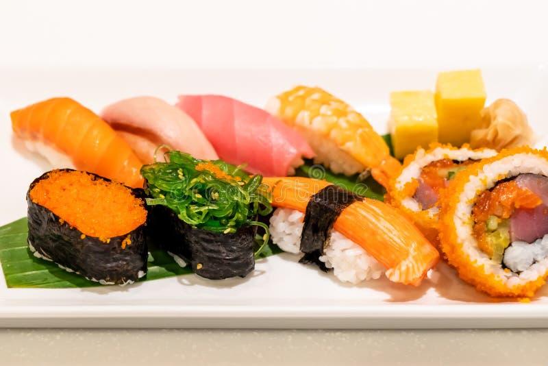 Sushi misti sul piatto immagini stock libere da diritti