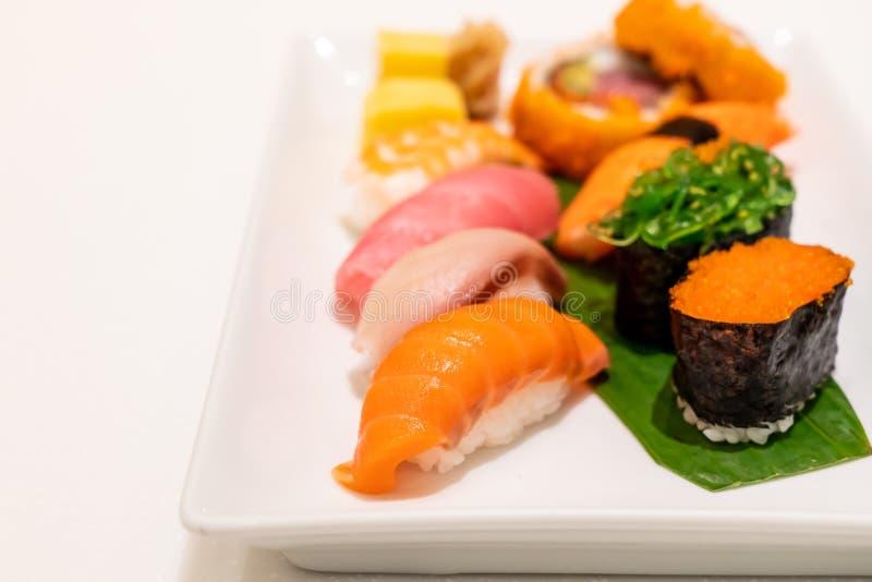 Sushi misti sul piatto immagine stock