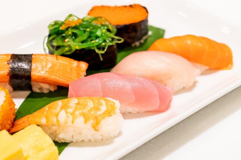 Sushi misti sul piatto fotografia stock libera da diritti