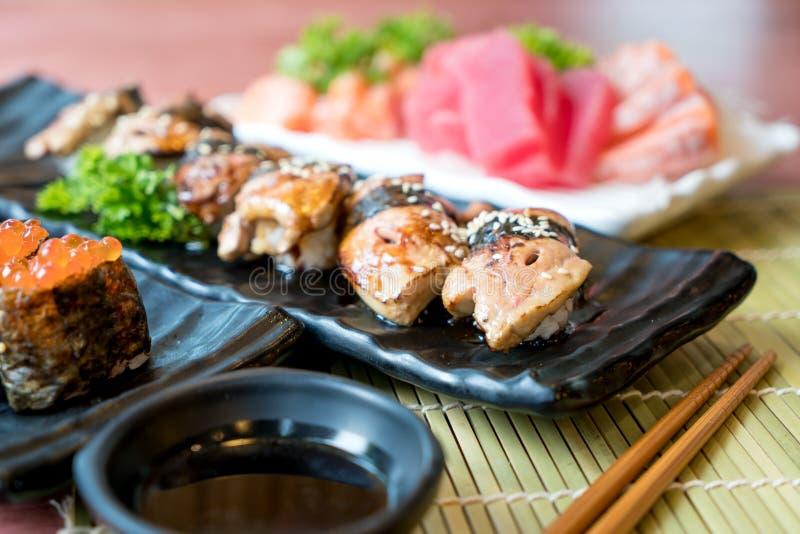 Sushi mit Essstäbchen und Sojasoße Sushirollenjapanisches Lebensmittel herein stockfoto