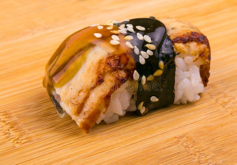 Sushi mit Fischen auf einem hölzernen Stand stockfoto