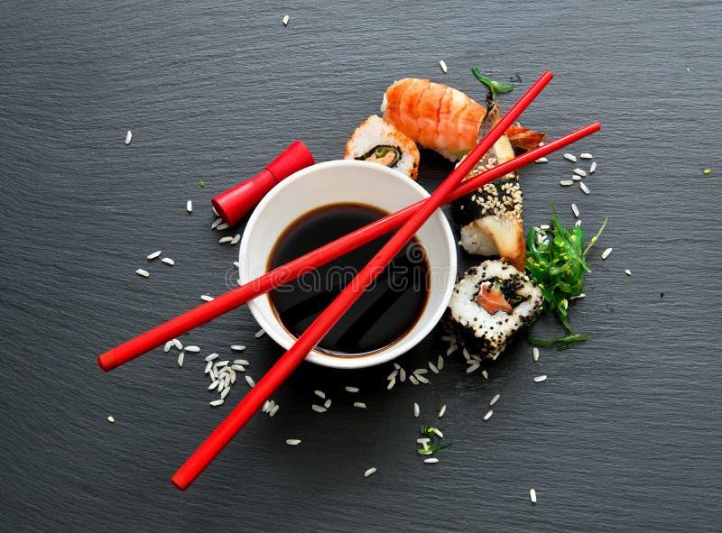 Sushi mit Sojabohnenöl stockbilder