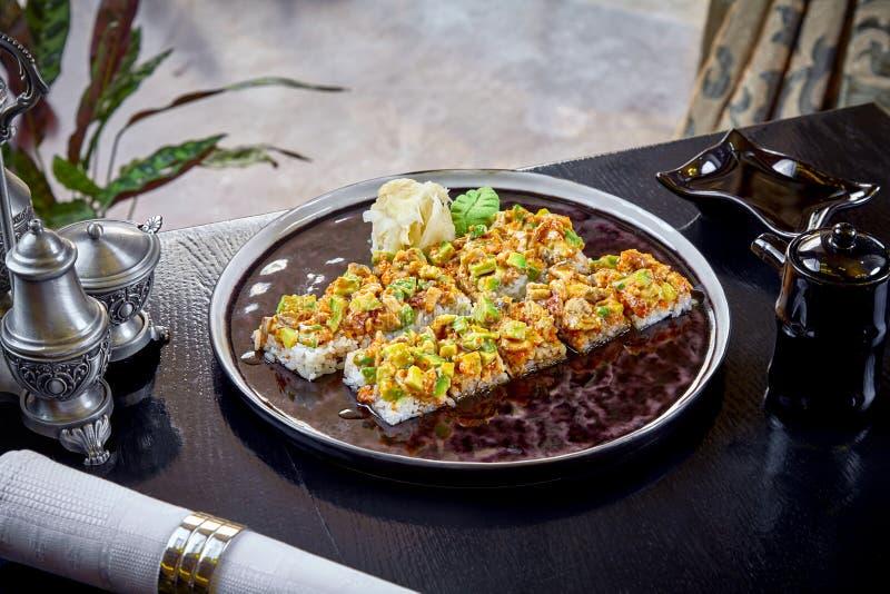 Sushi moderno del rollo del japonés de la cocina sin nori Opinión ascendente cercana sobre el sushi con el aguacate y los salmone imágenes de archivo libres de regalías