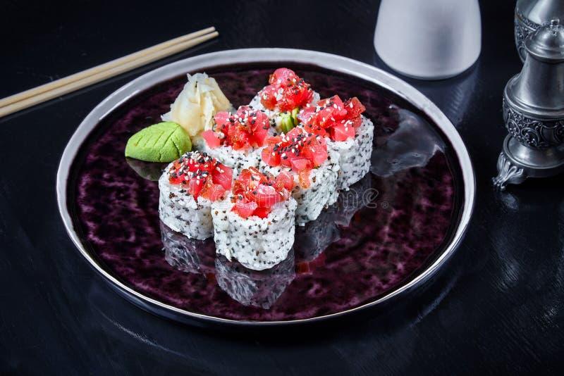 Sushi moderno do rolo do japonês da culinária no papel de arroz Vista ascendente próxima no sushi com abacate e salmões Marisco s fotografia de stock royalty free